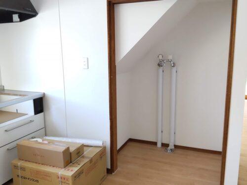 階段下に洗濯機置き場があります。
