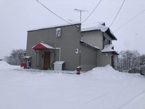 真狩村中心部 店舗付き住宅(1Fスナック店舗+物置スペース。建物のみの売買、土地は借地)